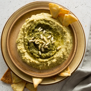 The easiest recipe for Green Basil Pesto Hummus. Click through for a totally fool proof recipe!