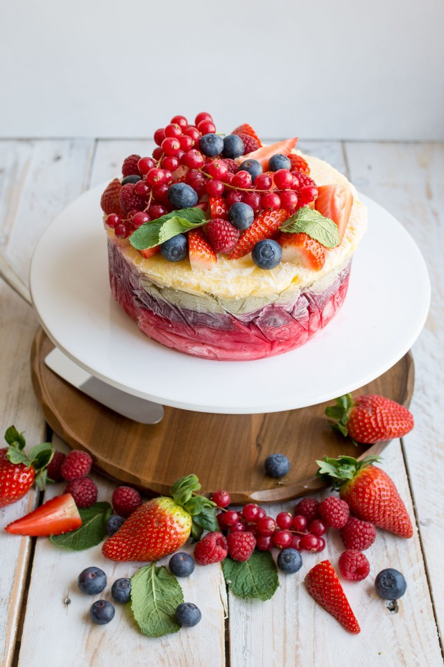 This healthy fresh fruit frozen yoghurt layer cake is a stunning show stopper! It's fresh and healthy with absolutely no artificial sugar. Click through to get the recipe!