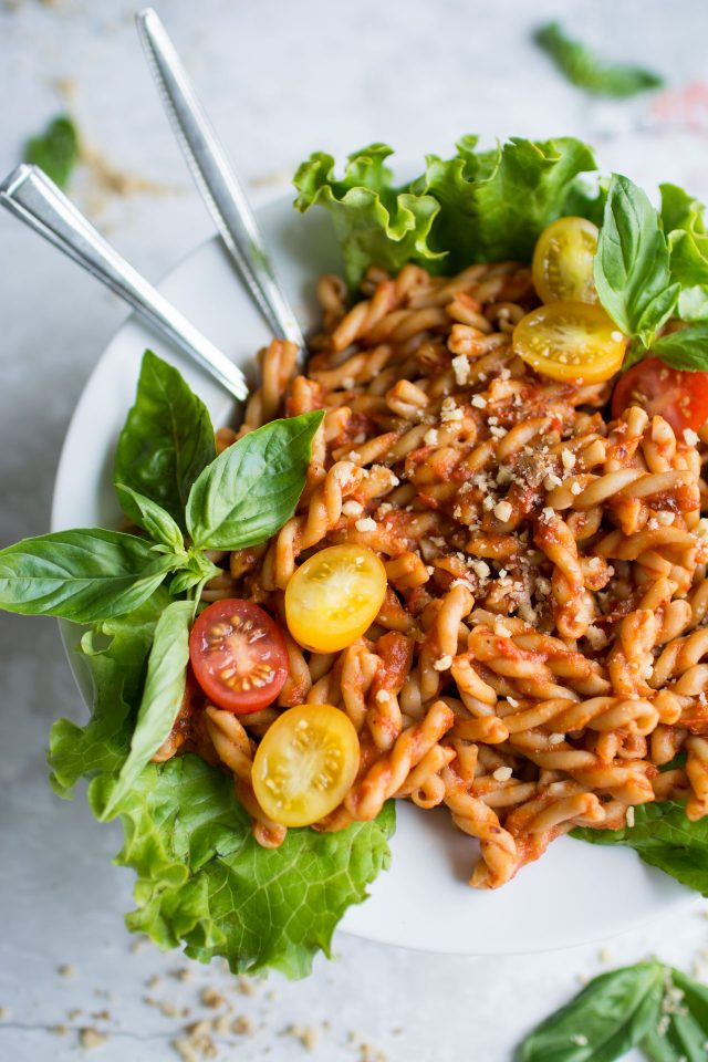 A simple, homemade roasted red pepper and tomato pasta sauce. Full of fresh ingredients and full flavours, this is a great lunch to make the night before and pack for work!