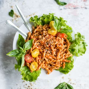 A simple, homemade roasted red pepper and tomato pasta. Full of fresh ingredients and full flavours, this is a great lunch to make the night before and pack for work!