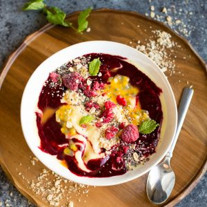 Vegan Mango smoothie bowl with an easy raspberry sauce. Perfect for a colourful morning! Click through for the recipe!