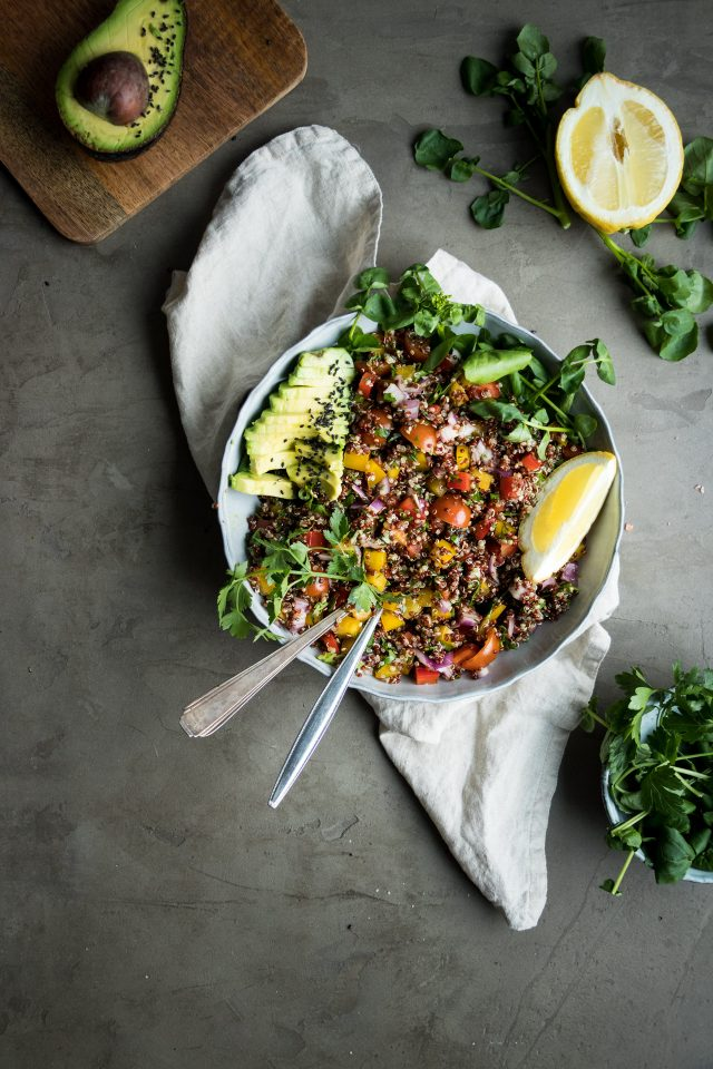 This Mediterranean quinoa salad is stuffed with fresh vegetales and a delicious balsamic and lemon dressing